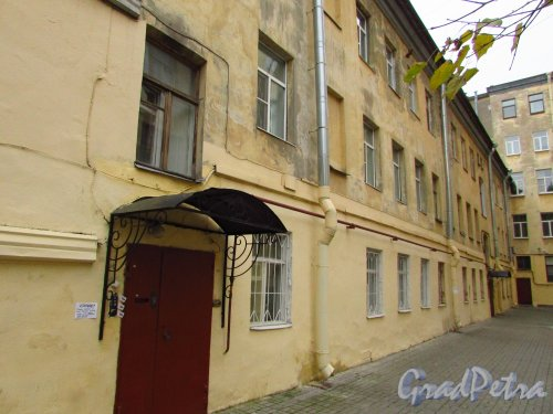 улица Жуковского, дом 6, литера Б. Второй дворовый флигель (трехэтажный). Фото 21 октября 2016 года.