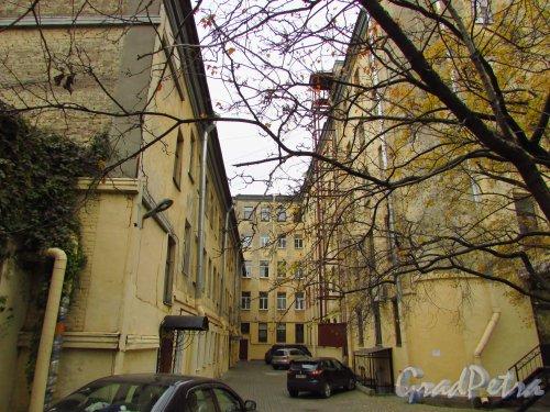 улица Жуковского, дом 6, литера Б. Второй внутренний двор. Фото 21 октября 2016 года.