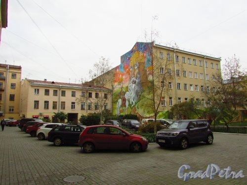 улица Жуковского, дом 4. Общий вид двора в сторону Литейного проспекта. Фото 21 октября 2016 года.