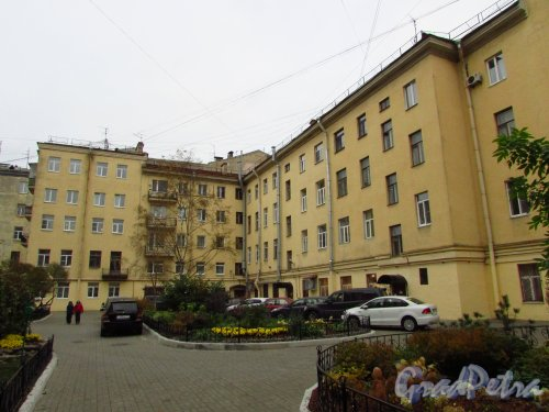 улица Жуковского, дом 4. Общий вид двора от дворового корпуса дома 52 по Литейному проспекту. Фото 21 октября 2016 года.