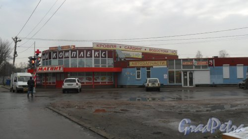 Всеволожский район, поселок имени Морозова, улица Мира, дом 3. Торговый комплекс. Фото 27 октября 2016 года.