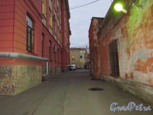 2-я Советская улица, дом 4а Вид внутренней территории Городского Рождественского барачного лазарета со стороны 3-й Советской улицы. Фото 17 октября 2016 года.