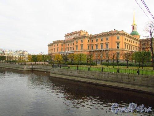 Садовая улица, дом 2, литера А. Вид на Михайловский (Инженерный) замок со стороны реки Мойки. Фото 20 октября 2016 года.