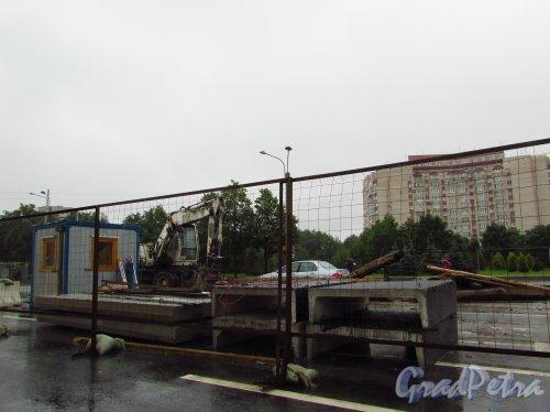 Замена труб на перекрёстке Уральской улицы и Наличной улицы, через неделю после укладки на этом участке нового асфальта. Фото 8 июля 2016 года.