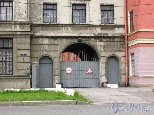 Введенский канал, дом 6, литера А. Ворота на территорию и табличка с номером здания. Фото 8 июля 2016 года.