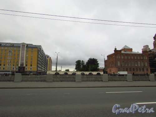 Перспектива Парфёновской улицы от Обводного канала в сторону жилой застройки. Фото 8 июля 2016 года.