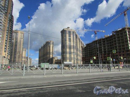 улица Фёдора Абрамова, дом 15 (справа) и дом 19, корп. 1 (слева). Фото 31 августа 2016 года.