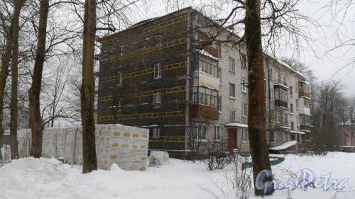 Всеволожский район, поселок имени Морозова, улица Первомайская, дом 5. Начаты работы по утеплению фасада. Фото 5 декабря 2016 года.