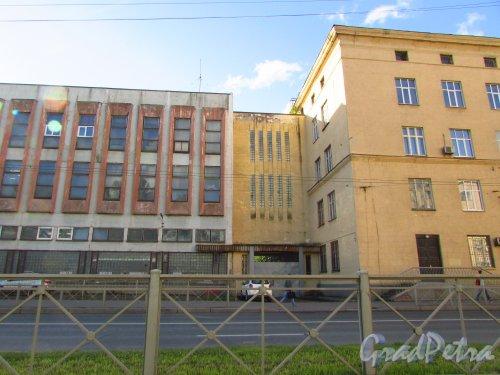 Кантемировская улица, дом 11, литера П. Центральная часть корпуса машиностроительного завода им. Климова со стороны Кантемировской улицы. Фото 8 сентября 2016 года.