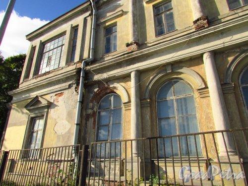 улица Профессора Попова, дом 2, литера М. Фрагмент фасада здания. Фото 8 сентября 2016 года.