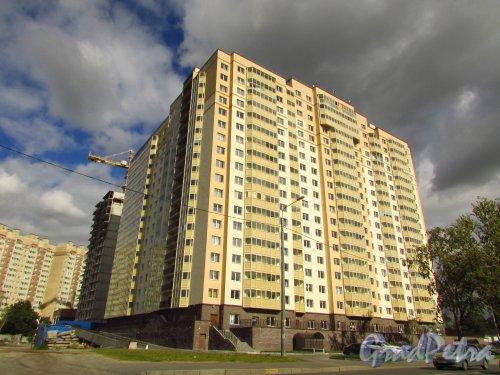 улица Бабушкина, дом 82, корп. 1. Корпус жилого комплекса «Невская Звезда». Фото 8 сентября 2016 года.