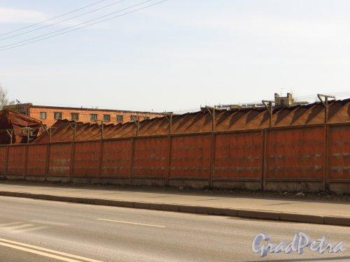 Железноводская улица, дом 3а, литера З. Крыша ангара на территории в/ч 2438 Погранслужбы РФ вдоль Уральской улицы. Фото 9 мая 2013 года.