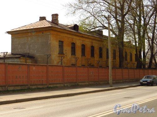 Железноводская улица, дом 3а, литера Б. Двухэтажное здание на территории в/ч 2438 Погранслужбы РФ вдоль Уральской улицы. Фото 9 мая 2013 года.