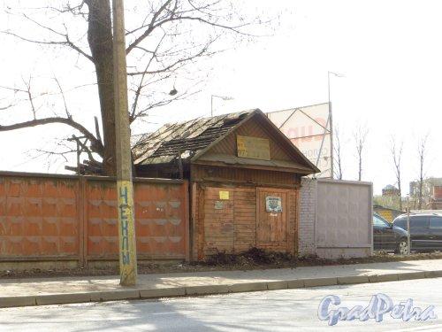 Железноводская улица, дом 3а. Деревянное здание в ограде участка в/ч 2438 Погранслужбы РФ со стороны Уральской улицы. Фото 9 мая 2013 года.