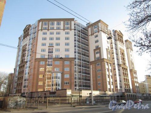 Железноводская улица, дом 32. Общий вид жилого дома «Адмирал Нахимов». Фото 30 апреля 2012 года.