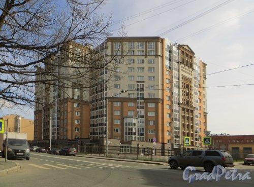 Железноводская улица, дом 32. Угловая часть жилого дома «Адмирал Нахимов». Вид со стороны переулка Декабристов. Фото 6 мая 2015 года.