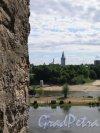 Вид на эстонский берег реки Нарвы через бойницу Ивангородской крепости. фото июль 2015 г.