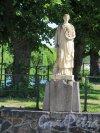 Г. Выборг, Крепостная ул. Въезд со стороны Крепостного моста. Декоративная статуя «Промышленность». Вид с в фас. Фото июль 2015 г.