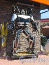 Ломоносова ул. (Парголово), д. 5. «Музей Восстания машин». Экспонат «Робот». фото август 2015 г.