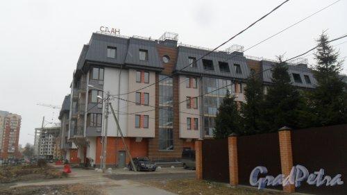Улица Малая Десятинная, дом 36. Жилой дом в составе жилого комплекса «Коломяги-ЭКО» (северный корпус) на 44 квартиры 2016 года постройки. Фото 27 марта 2017 года.