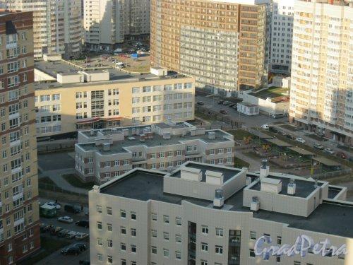 Туристская ул., дом 20, корпус 3, литера А (в центре фото). Детский сад №52 Приморского района. Вид с крыши дома 2 по Лыжному пер. Фото 18 апреля 2014 г.