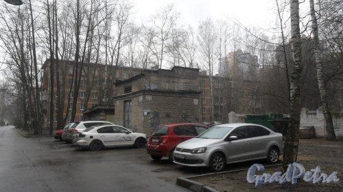 Улица Матроса Железняка, дом 51. 5-этажный жилой дом серии 1-528кп 1962 года постройки. 5 парадных, 100 квартир. Фото 12 апреля 2017 года.