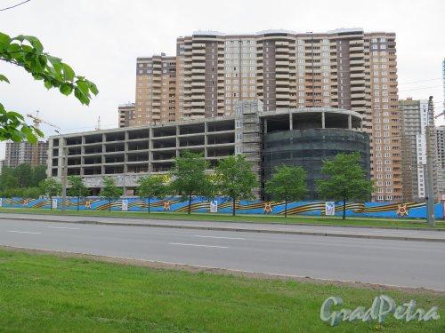 Кушелевская дорога, д. 5. Крытый гараж в процессе строительства. Общий вид. фото май 2015 г.