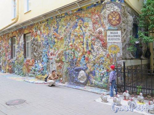 ул. Чайковского, д. 2/7. Двор. Малая Академия искусствх. Стена в мозаичном дворике. Фото май 2015 г.