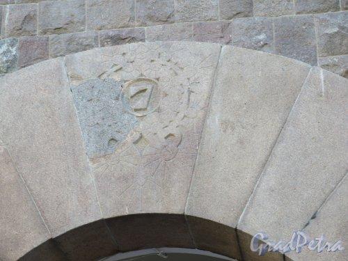 Вокзальная ул. (Выборг), д. 7. Дом АО «Хякли, Лалукка и Ко», 1905. Замковый камень с адресом. фото июнь 2015 г.