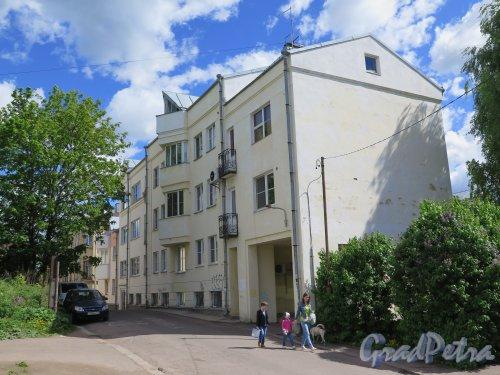 Красноармейская ул. (Выборг), д. 1. 4-этажный жилой дом, построенный по индивидуальному проекту. Общий вид. фото июнь 2015 г.