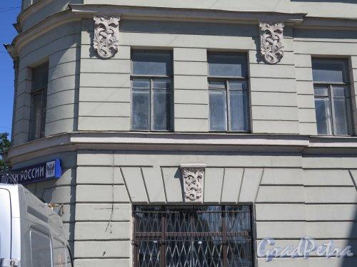Декабристов ул., д. 62-64. Доходный дом, 1911-12. Фрагмент фасада. фото июнь 2015 г.