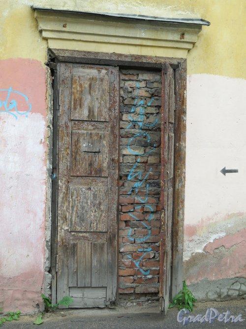 Красная ул. (Кронштадт), д. 8, кор. 1. Жилой дом. Входная дверь. фото июнь 2015 г.