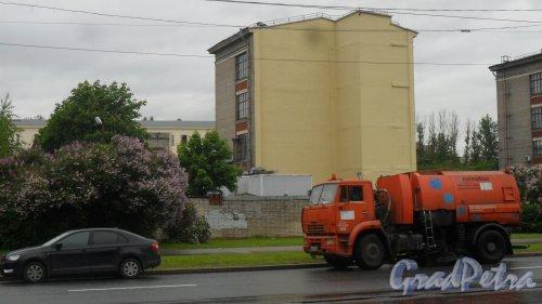Улица Карбышева, дом 15, литер Н. 4-этажный хозяйственный корпус. Фото 20 июня 2017 года.