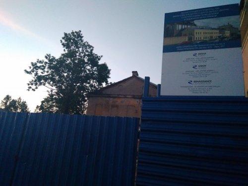 Улица Введенского канала, д. 4. Информационный щит о производстве работ. Фото 29 июня 2017 года