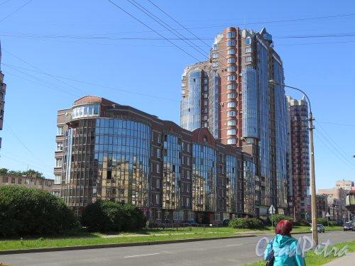 Варшавская ул., д. 61. 20-ти этажный жилой комплекс «Олимп», 2006. Общий вид комплекса по Варшавской ул. фото июнь 2015 г.