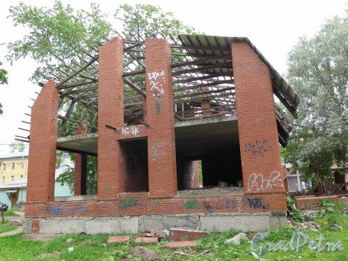 Красная ул. (Гатчина), д. 13а. Недостроенный жилой дом. Торцевой фасад. фото июнь 2015 г.