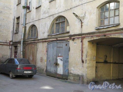 Захарьевская ул., д. 17. Фрагмент двора, каретник. фото июль 2015 г.