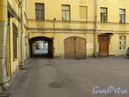 Захарьевская ул., д. 11. Доходный дом. Проходной двор. фото июль 2015 г.