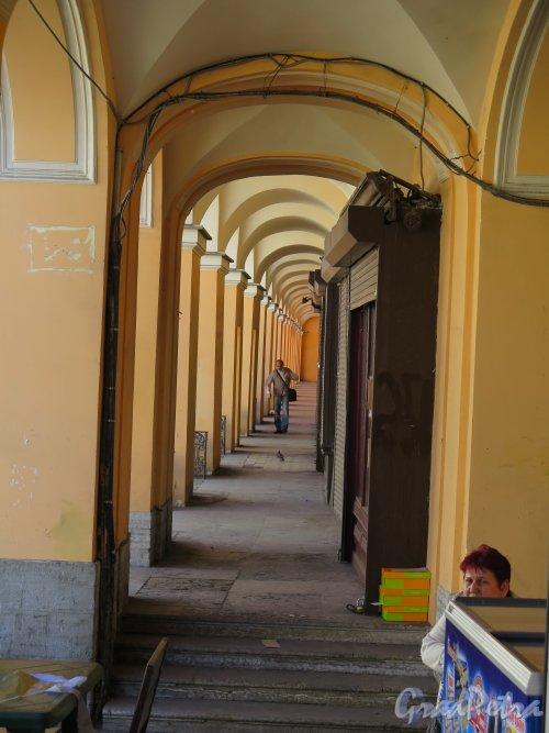 Садовая ул., д. 28-30. Вид галереи Апраксина двора. фото июль 2015 г.