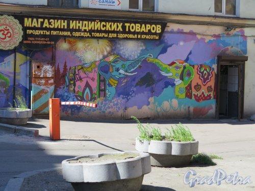 Советская 1-я ул., д. 6. Оформление входа в магазин индийских товаров. фото июль 2015 г.