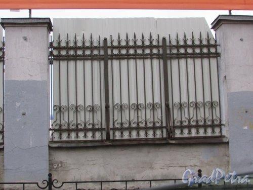 Социалистическая улица, дом 21. Фрагмент ограды фабрики имени Крупской. Фото 10 ноября 2017 года.