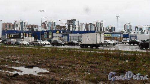 Улица Парашютная, дом 60, литер В. Строительный гипермаркет «К-Раута». На заднем плане строящийся жилой комплекс «Ultra City». Фото 16 ноября 2017 года.