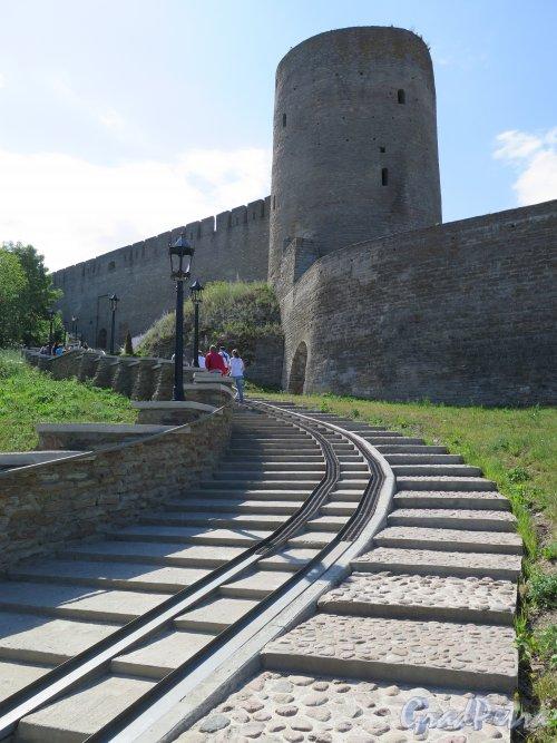 Псковская ул. (Ивангород), д.3. Ивангородская Крепость, основана в 1492 г. Лестница-пандус к входу. фото июль 2015 г.