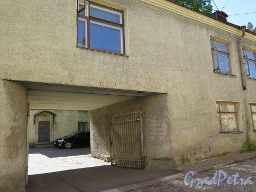 Крепостная ул. (Выборг), д. 5. Двухэтажный жилой дом. Вид на подворотню. фото июль 2015 г.