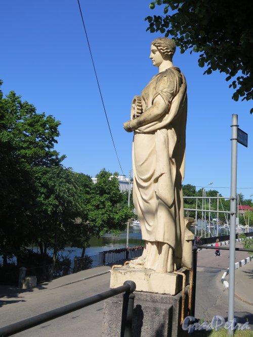 Г. Выборг, Крепостная ул. Въезд со стороны Крепостного моста. Декоративная статуя «Промышленность» . Вид в профиль. Фото июль 2015 г.