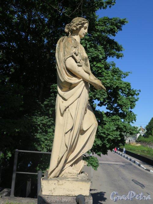 Г. Выборг, Крепостная ул. Въезд со стороны Крепостного моста. Декоративная статуя  «Морская Торговля». Вид в профиль. Фото июль 2015 г.