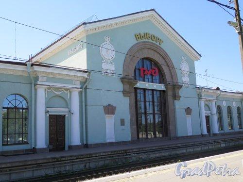 Железнодорожная ул. (Выборг), д. 8. Здание железнодорожного вокзала города Выборг. Вид здания со стороны платформы. фото июль 2015 г.
