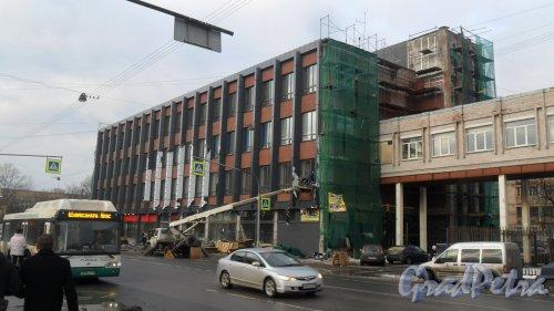 Двинская улица, дом 3, литер А. 4-5-этажное административное здание. Завершение реконструкции. Фото  27 декабря 2017 года.