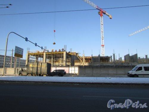 улица Салова, дом 61. Вид на строительство апарт-отеля VALO со стороны улицы Салова. Фото 31 января 2018 года.