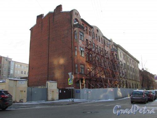 Кирилловская улица, дом 23, литера А. Подпорки, удерживающие лицевой фасад здания. Фото 31 января 2018 года.